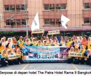 berpose-di-depan-hotel-the-patra-hotel-rama-9-bangkok